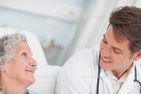 Close up of a doctor looking at a patientの写真素材 [FYI00485247]