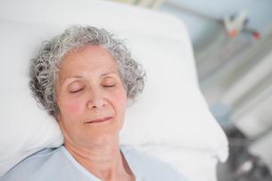 Elderly patient sleeping on a bedの写真素材 [FYI00485249]