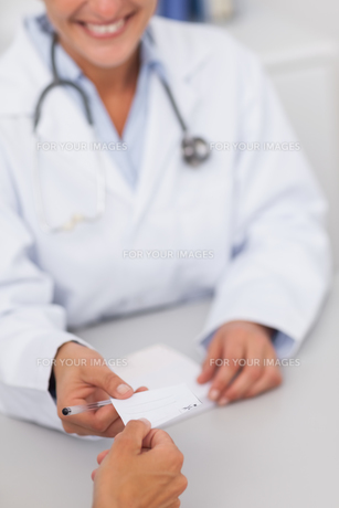 Doctor giving a paperの素材 [FYI00485300]