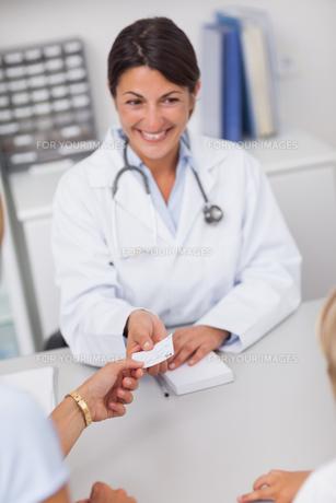 Doctor giving a prescriptionの写真素材 [FYI00485306]