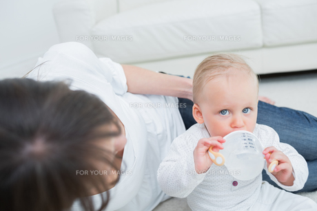 Baby drinking a bottle of waterの写真素材 [FYI00485322]
