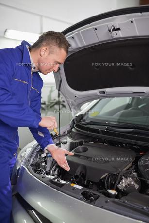 Mechanic showing an engineの写真素材 [FYI00485329]