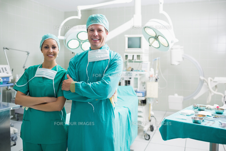 Surgeons standing up while smilingの写真素材 [FYI00485339]