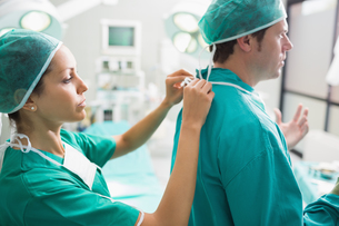 Nurse helping a surgeonの写真素材 [FYI00485341]