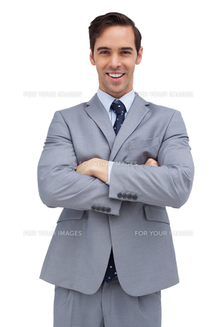 Cheerful businessman with arms foldedの写真素材 [FYI00485366]
