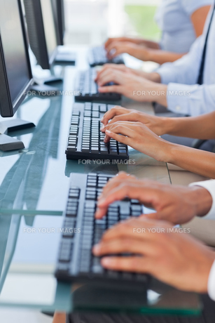 Business people working on computersの写真素材 [FYI00485375]