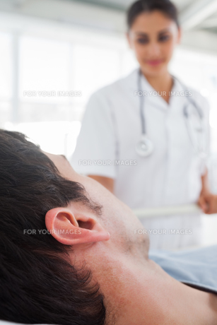 Close up on the head of a patientの写真素材 [FYI00485389]