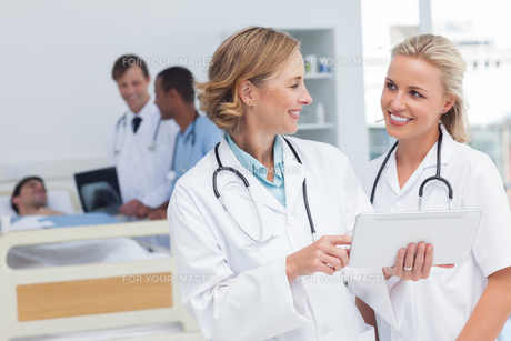 Smiling doctors talking to each otherの写真素材 [FYI00485397]