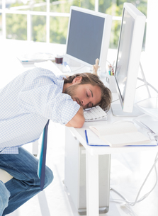 Designer asleep at his deskの素材 [FYI00485399]