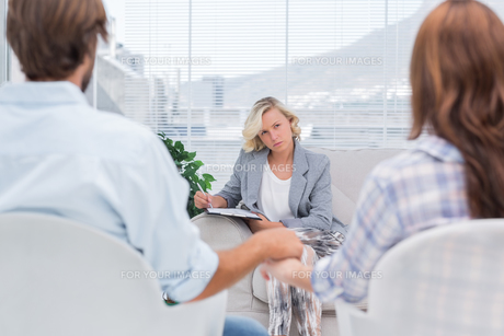 Therapist listening to couple during a sessionの写真素材 [FYI00485415]