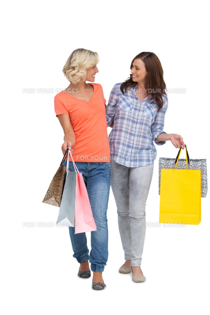 Two smiling friends with shopping bagsの写真素材 [FYI00485424]