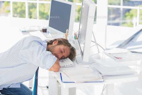 Man asleep at his deskの素材 [FYI00485427]