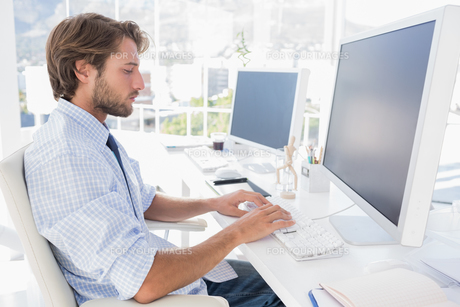 Designer sitting at his desk and workingの素材 [FYI00485446]
