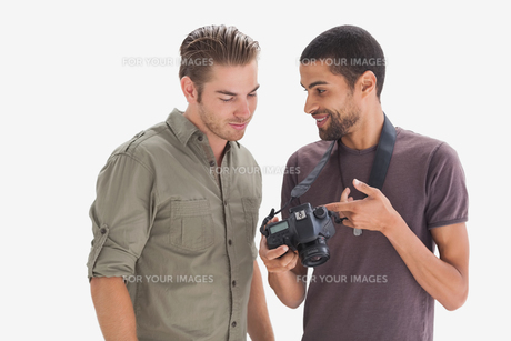 Photographer showing his friend photo on cameraの写真素材 [FYI00485452]