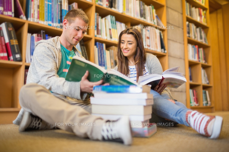 Students reading books on library floorの写真素材 [FYI00485467]