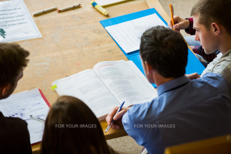Students writing notes in the college libraryの写真素材 [FYI00485487]