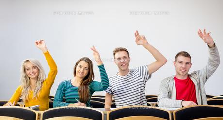 College students raising hands in the classroomの写真素材 [FYI00485496]