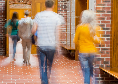 Blurred students walking through corridorの写真素材 [FYI00485497]
