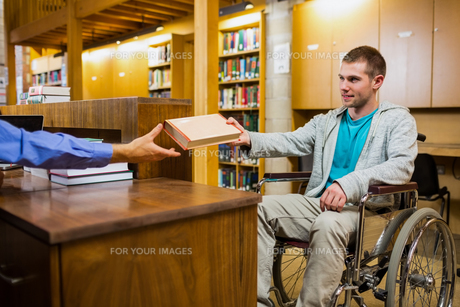 Student in wheelchair at the library counterの素材 [FYI00485503]