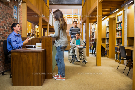 Female student at the library counterの素材 [FYI00485505]