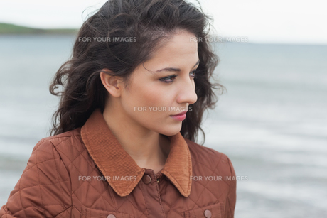Close up of a cute thoughtful woman on beachの写真素材 [FYI00485524]