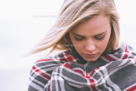 Close up of a young woman covered with blanketの素材 [FYI00485536]