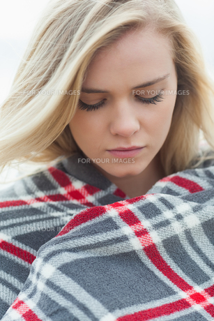 Close up of a young woman covered with blanketの写真素材 [FYI00485541]