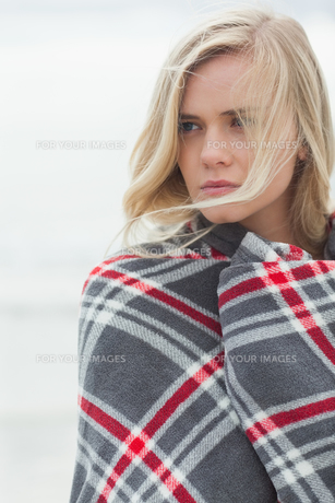 Close up of a young woman covered with blanketの写真素材 [FYI00485545]