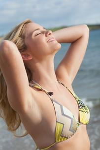 Smiling beautiful young bikini woman at beachの写真素材 [FYI00485566]