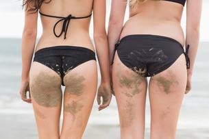 Mid section of two bikini women at beachの写真素材 [FYI00485598]