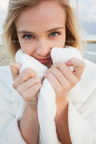 Close up of a woman in stylish white jacket on beachの写真素材 [FYI00485601]
