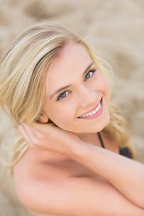 Overhead Close up portrait of smiling blond at beachの写真素材 [FYI00485605]