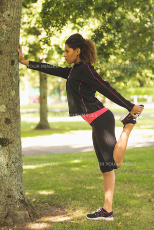Healthy woman stretching her leg during exercise at parkの写真素材 [FYI00485608]