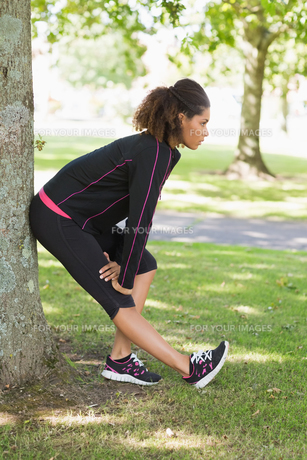 Healthy woman stretching her leg during exercise at parkの写真素材 [FYI00485619]