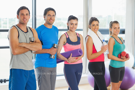 Portrait of a group of fitness class standing in rowの写真素材 [FYI00485630]