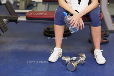 Low section of a tired and thoughtful woman in gymの写真素材 [FYI00485635]