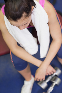 Overhead view of a tired and thoughtful woman in gymの写真素材 [FYI00485637]