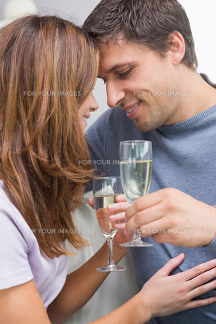 Closeup of a romantic couple with flutes at homeの写真素材 [FYI00485665]