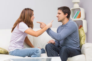 Angry couple having an argument in their living roomの写真素材 [FYI00485668]