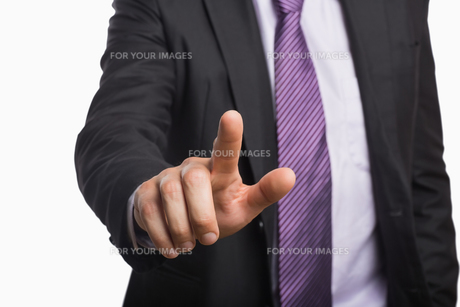 Businessman pointing against white backgroundの写真素材 [FYI00485744]