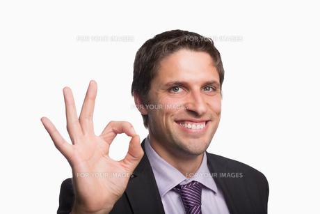 Cheerful businessman gesturing okay signの素材 [FYI00485749]