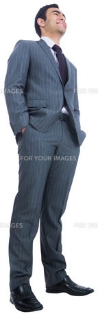 Smiling businessman standingの素材 [FYI00485771]
