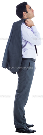 Unsmiling businessman standingの素材 [FYI00485790]