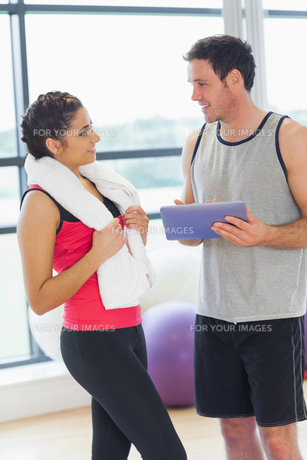 Fit couple with at digital table in exercise roomの素材 [FYI00485813]