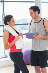 Fit couple with at digital table in exercise roomの写真素材 [FYI00485813]