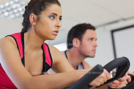 Young man and woman working out at spinning classの写真素材 [FYI00485814]