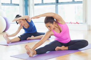 Fit women doing stretching pilate exercisesの写真素材 [FYI00485822]