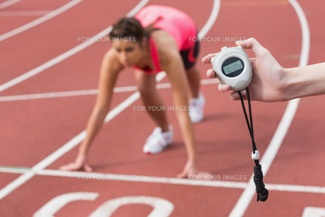 Hand timing a womans run on the running trackの写真素材 [FYI00485832]