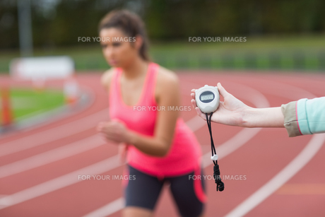 Hand timing a womans run on the running trackの写真素材 [FYI00485834]