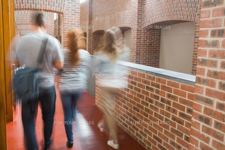 Students walking in the hall togetherの写真素材 [FYI00485858]